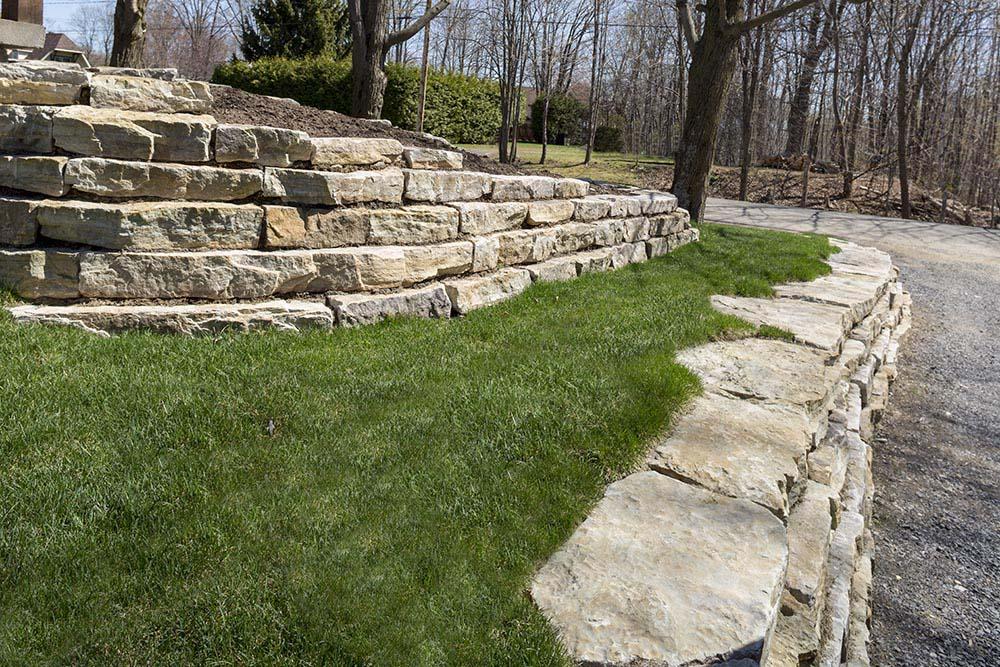 muret en pierre naturelle int grer avec succ s la grande jardini re dans le jardin muret de. Black Bedroom Furniture Sets. Home Design Ideas